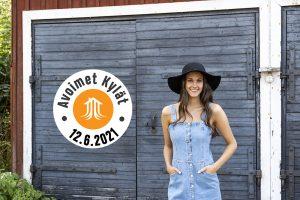 Kuvassa nuori nainen Avoimet kylät -logon vierellä